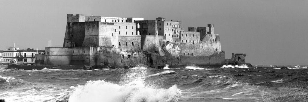 il castello dell'ovo durante una mareggiata, foto in bianco e nero