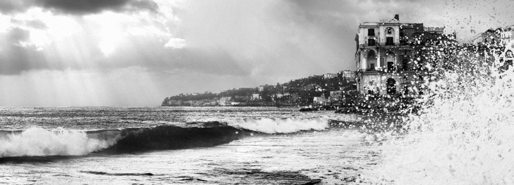 il palazzo donn' anna fotografato in bianco e nero durante una giornata di scirocco con onde alte
