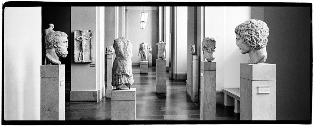museo Pergamon berlino, foto in bianco e nero statue classiche dell'antica grecia