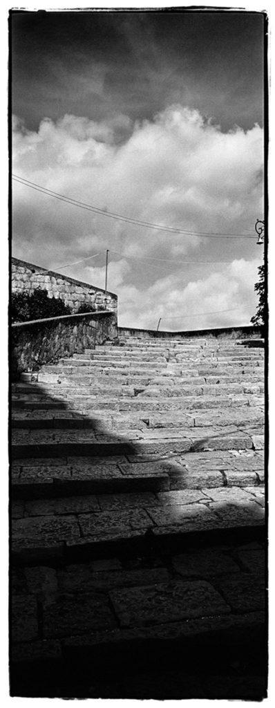 Scorciatoie un libro, una guida fotografica per le scale di napoli, immagini in bianco e nero di formato panoramico verticale