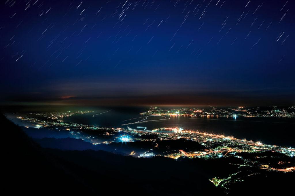 fotografia di paesaggio, mare,notturna, stelle, luci in movimento