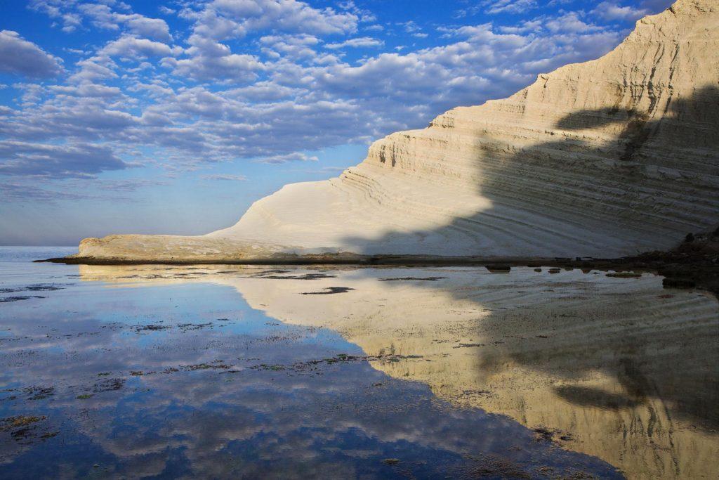 fotografia di paesaggio, mare, terra, scogliera bianca e cielo blu