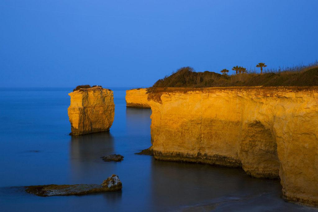 fotografia di paesaggio, mare, terra, e cielo blu, faraglioni di Ciriga
