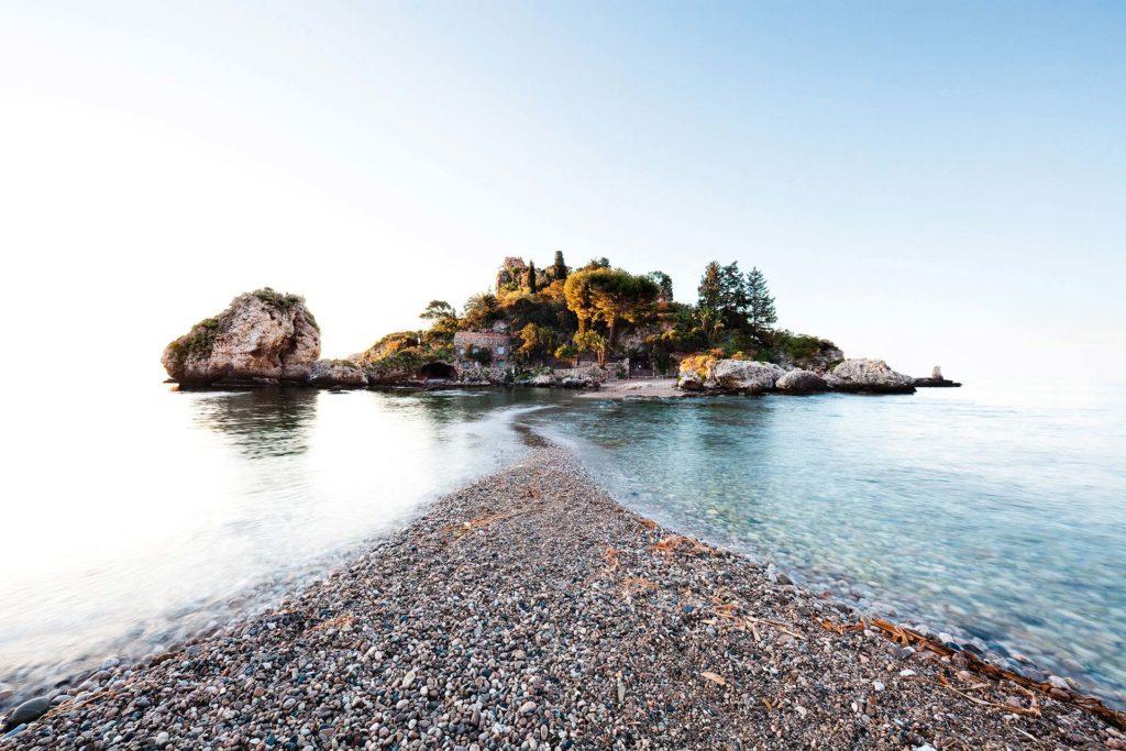 fotografia di paesaggio, mare, terra, e cielo blu