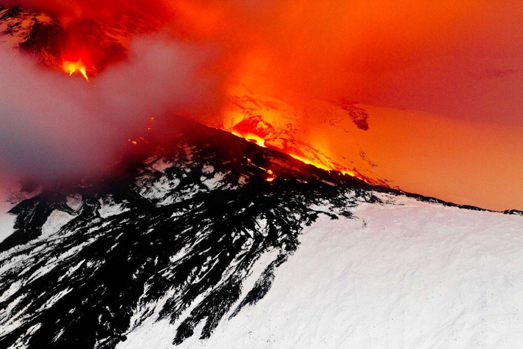 fotografia di paesaggio, terra, vulcano, lava e neve