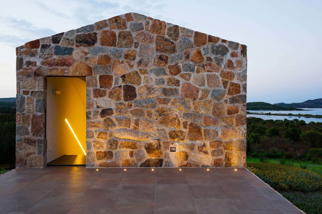 dimora rurale sarda ristrutturata dallo studio altromodo, design italiano luce calda estate tramonto e alba