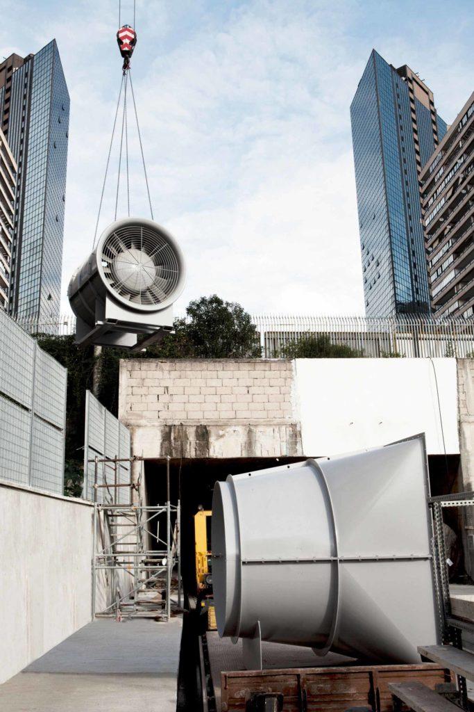 il lavoro nelle grandi strutture, l'istallazione di inpianti di areazione nella nuova metropolitana di Napoli